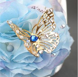 2. 輝く「ゴールド蝶々」オブジェで華やかさをプラス