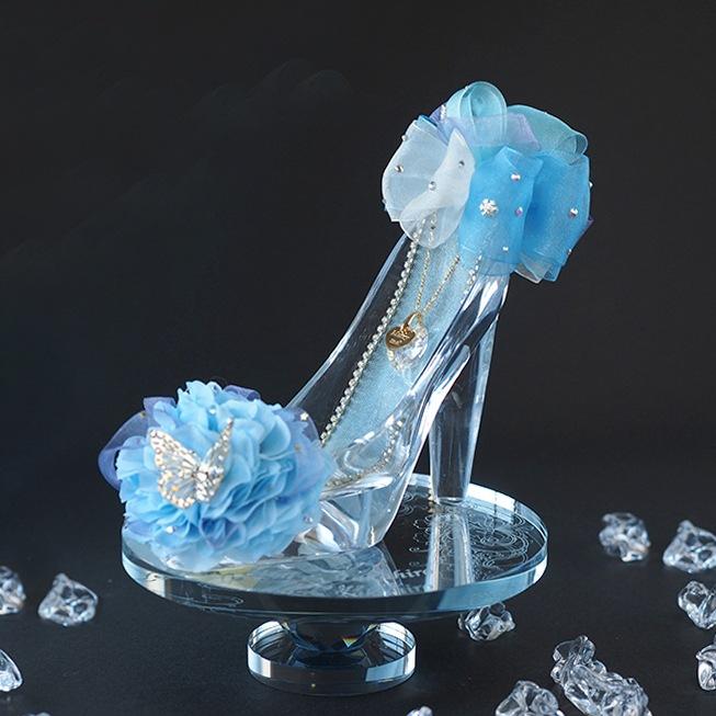 ガラスの靴のかかと部分には、アナと雪の女王をイメージした雪の結晶モチーフ付き