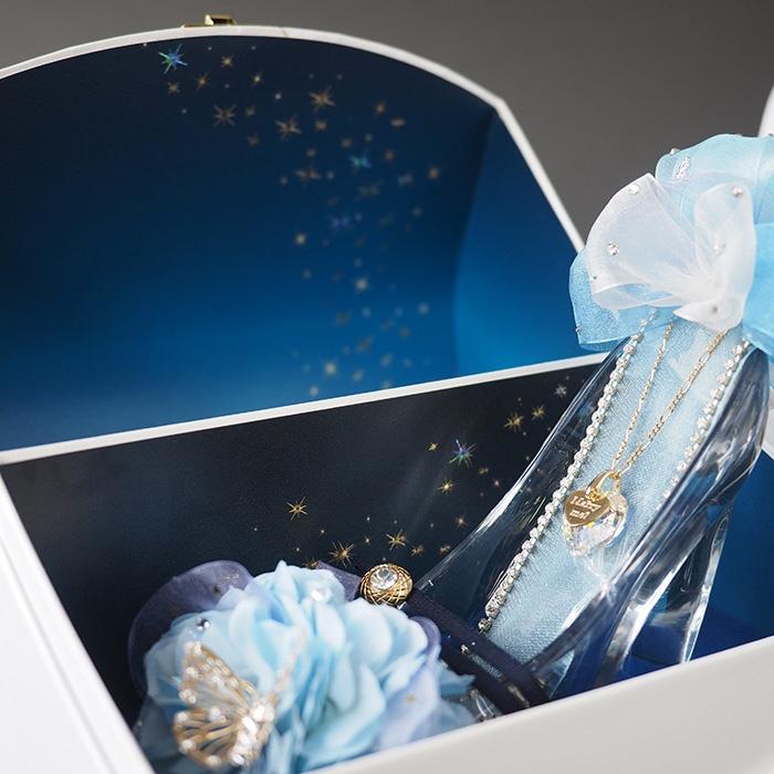 ボックスの蓋を開けると、夜空の星をイメージした神秘的なデザインとガラスの靴が現れます
