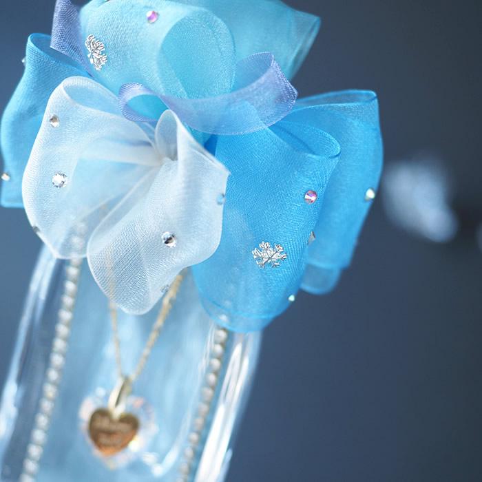 「ガラスの靴」の魅力を引き出すブルーのリボン