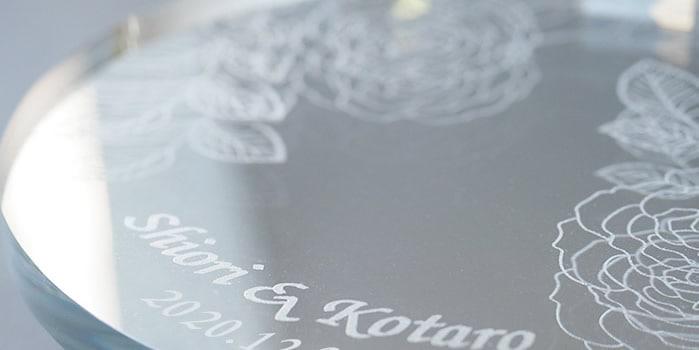 クリスタルミラースタンドにはバラモチーフと愛のメッセージ