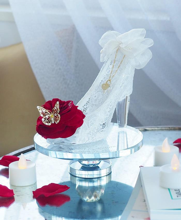 ガラスの靴を飾るクリスタルミラースタンド