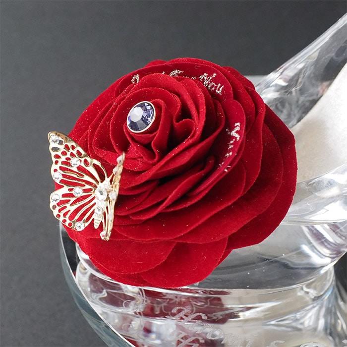 大輪の赤バラ付きガラスの靴