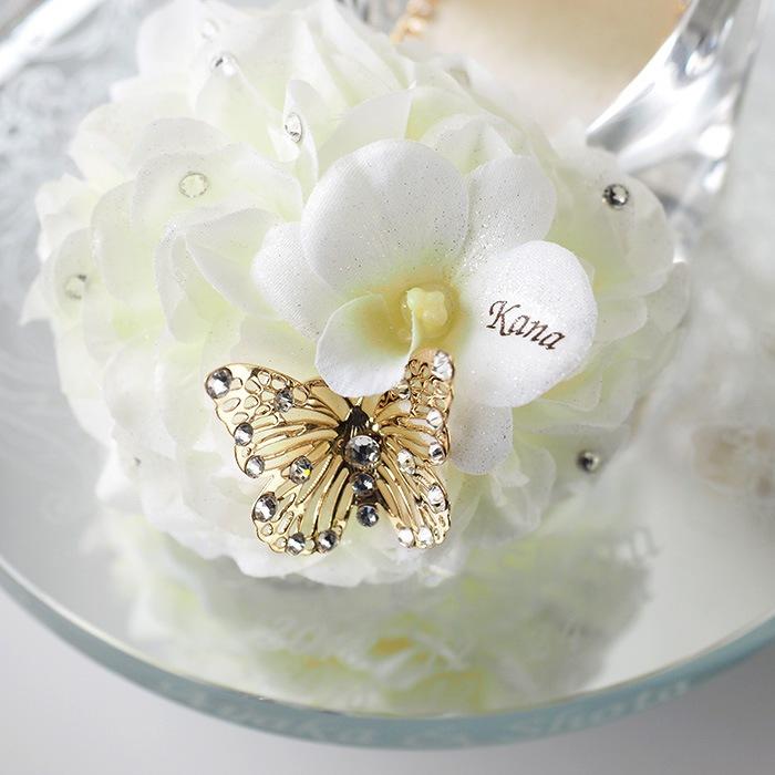 ガラスの靴のつま先には、白いアジサイの花を使用