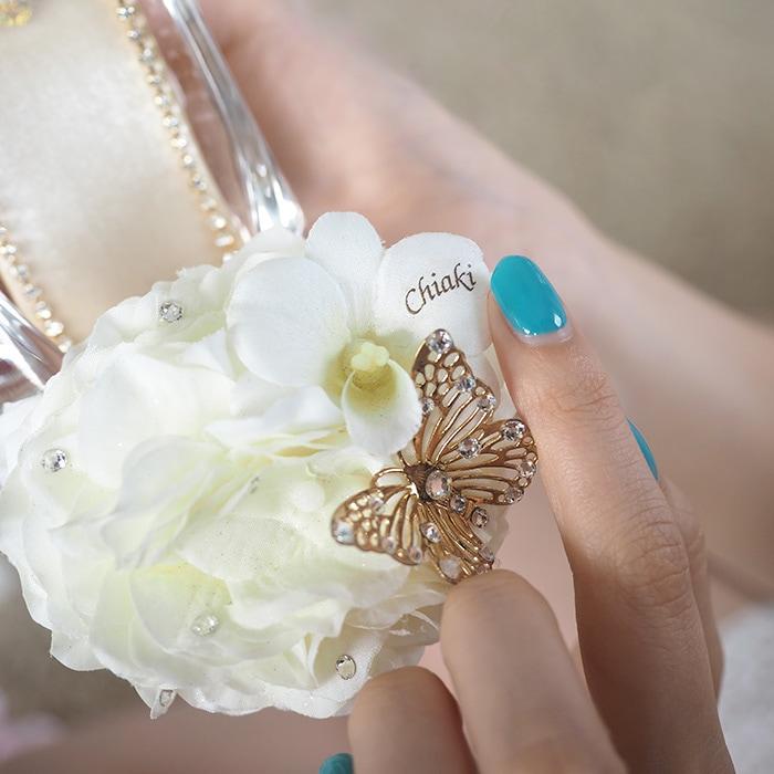 白いアジサイの花びらに彼女の名前入り