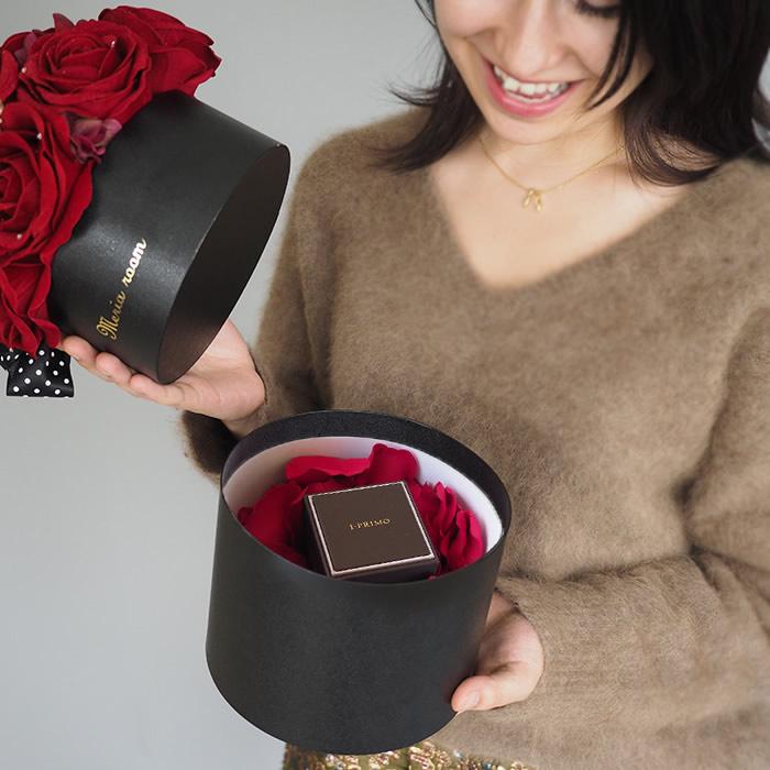 ボックスのフタを開けるともうひとつのプレゼントが登場