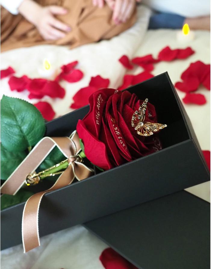 赤バラのプレゼントに感動する彼女