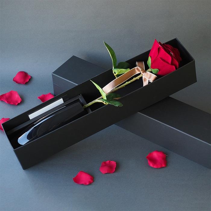 黒ボックスに入った一輪の赤バラ