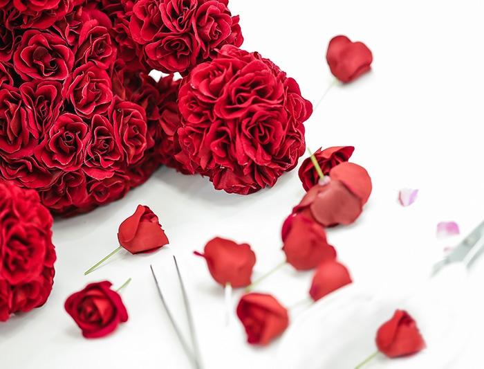 365輪の赤バラでつくられたベアー