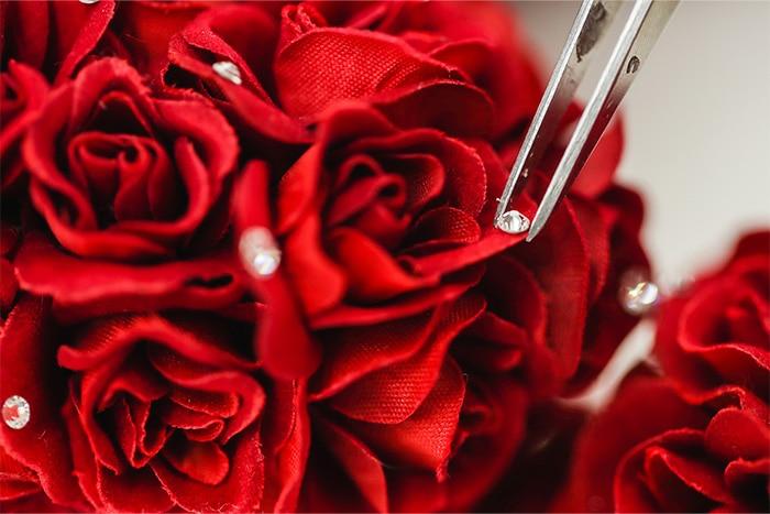 花びらに手作業でつけるスワロフスキー社製ラインストーン