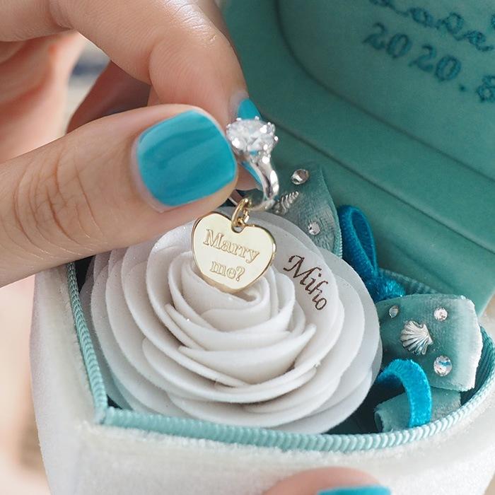 バラの中心の石を引っ張ると現れるハートプレートには「Marry me?(結婚して下さい)」のメッセージ