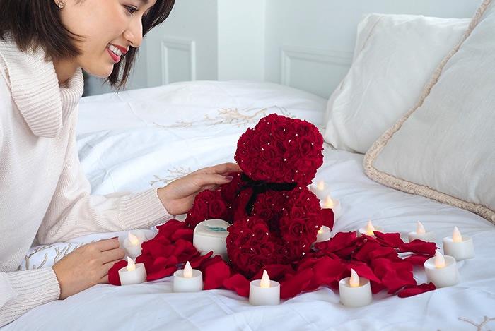 ローズベアーを華やかに演出する花びらとキャンドルのサプライズセット