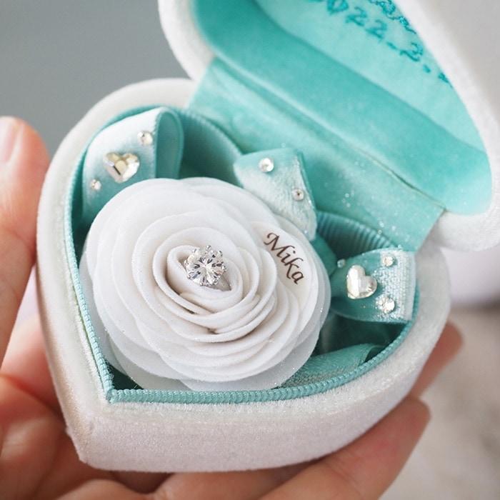 プロポーズボックスを開けるとバラの花が登場!