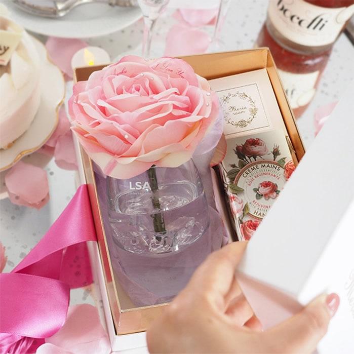 箱を開けると、ピンクのバラが登場