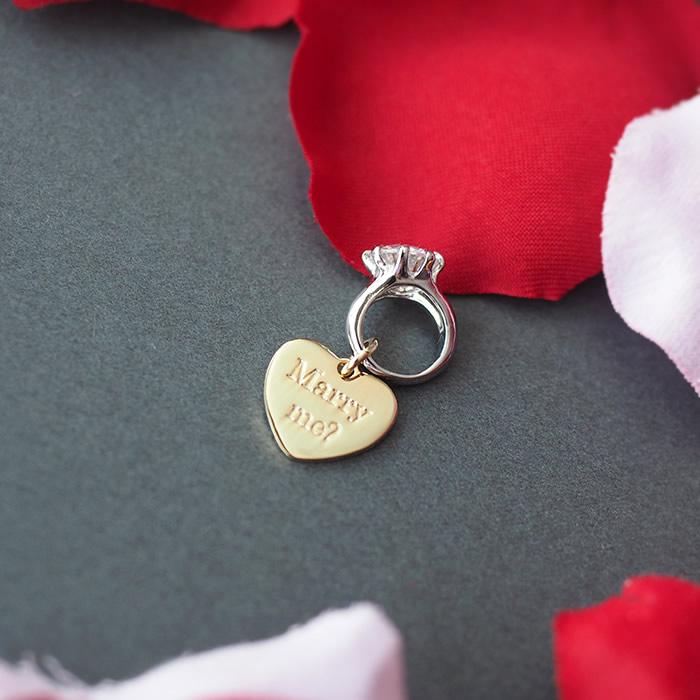 「Marry me?(結婚して下さい)」と印字されたハートプレート付き指輪チャーム