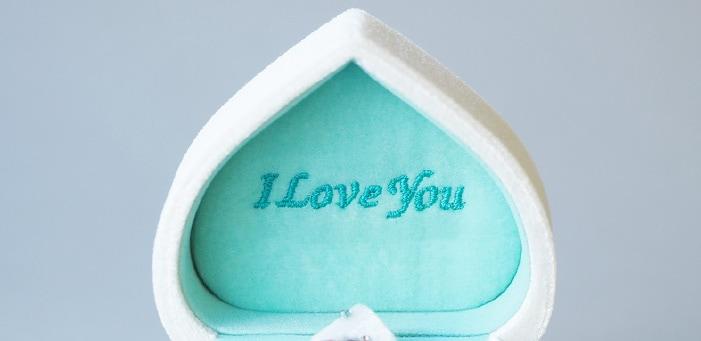 ボックスの内蓋に「I love you」のメッセージ刺繍