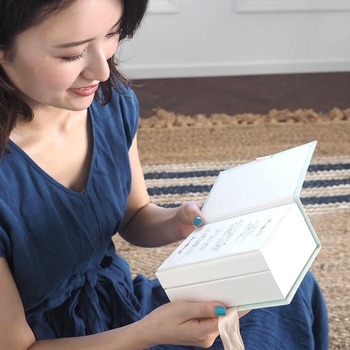 LoveBookの1ページ目を開く彼女