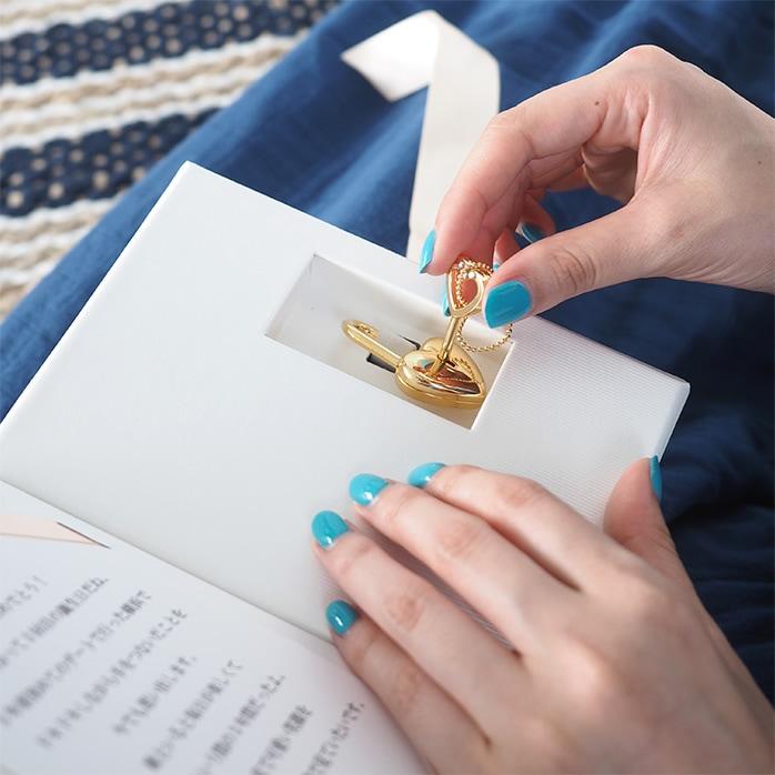 LoveBookの南京錠をハートの鍵で開く彼女