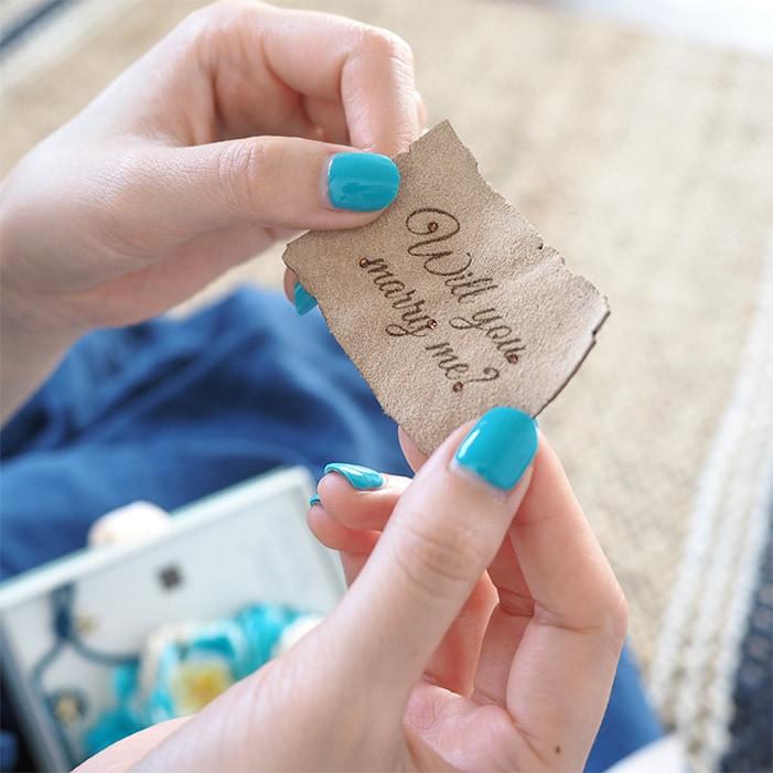 レザーの手紙に書かれた「Will you marry me?」のメッセージ