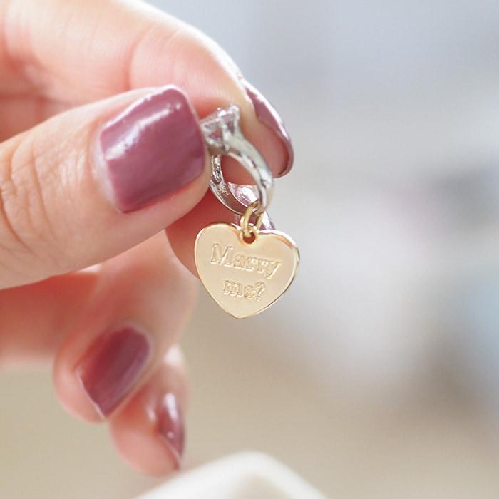 バラの中心にある光る石を引っ張ると現れる小さい指輪