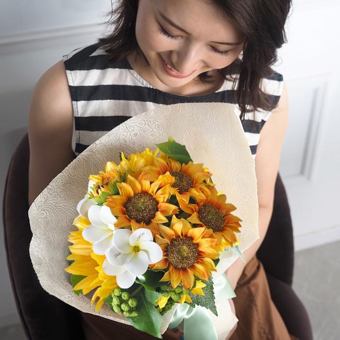 南国の花「プルメリア」とひまわりの花束