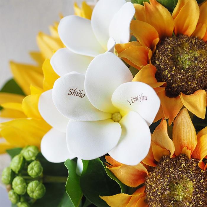 白いプルメリアの花びらには彼女の名前入り