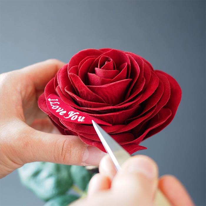 ひとつひとつハンドメイドで作る赤バラ「メッセージローズ」