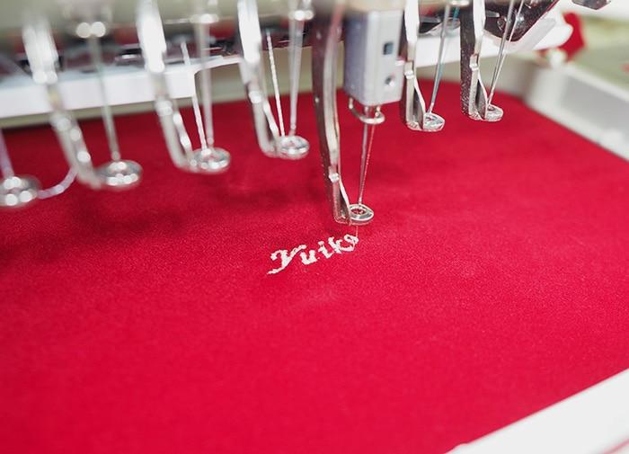 ミシンで名前を刺繍しているところ
