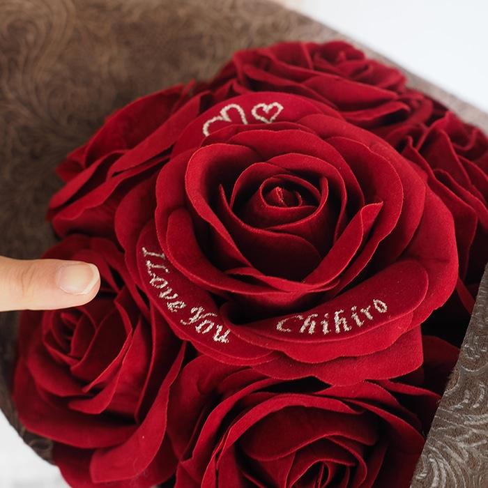 メッセージローズの花びらに雪の結晶の刺繍