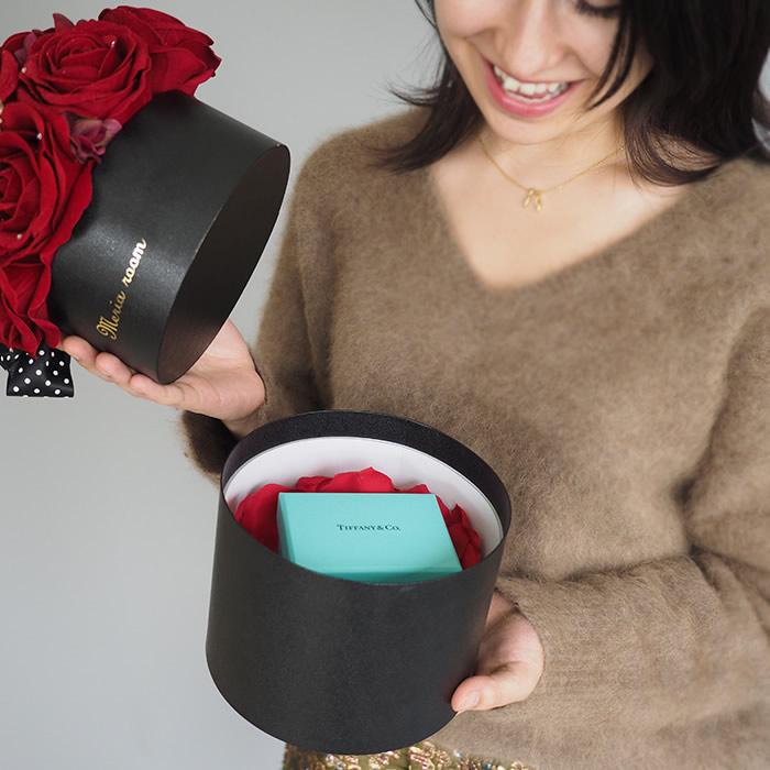 ボックスのフタを開けるともう一つのプレゼントが登場