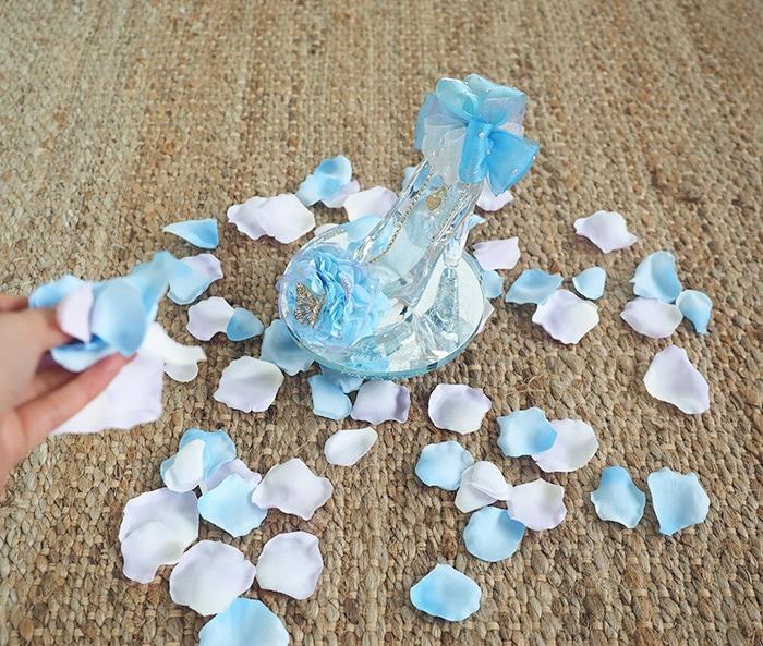 メインのプレゼントの周りにブルーの花びらをまく