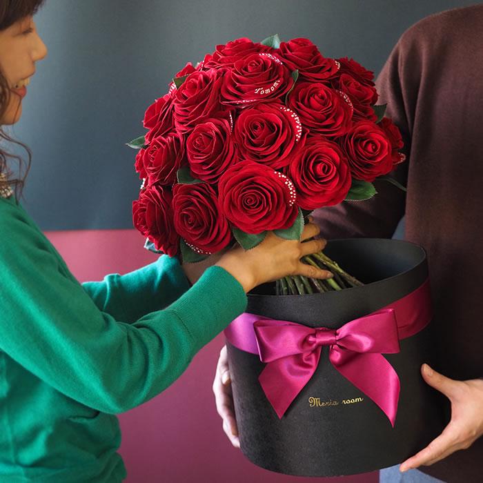 ボックスから赤バラが登場!