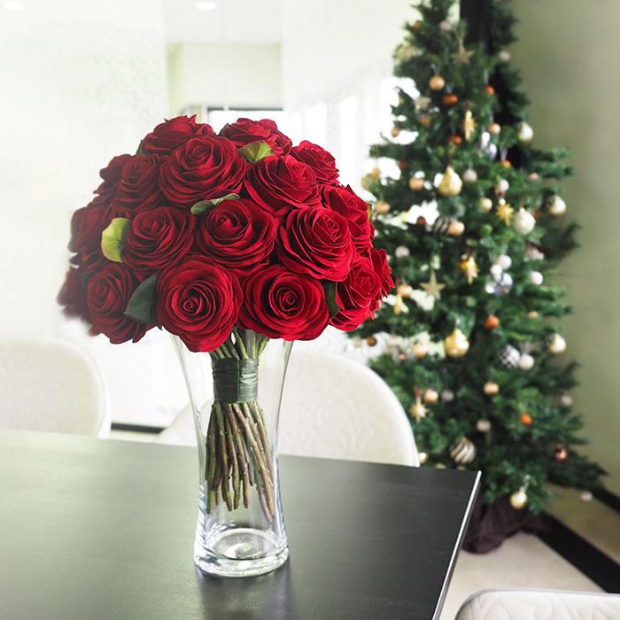 赤バラの花束を花瓶に差すイメージ