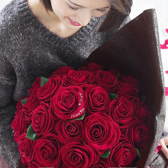 赤バラの花びらには彼女の名前を刺繍
