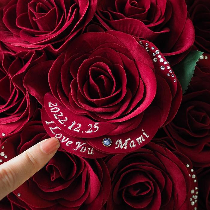 赤バラの花びらに日付を刺繍