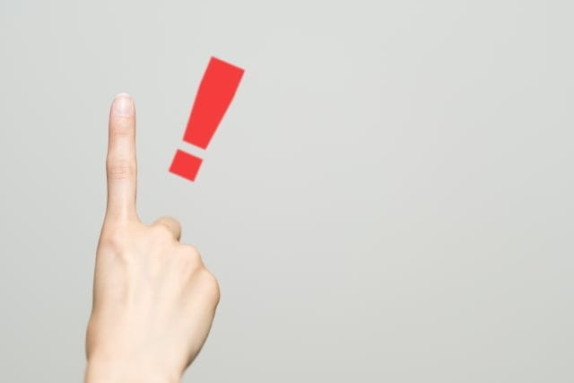 人差し指でポイントを表現する人の手