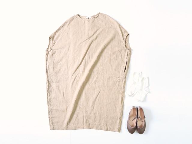 天然素材ワンピースを着た女性