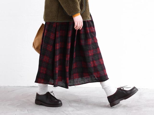 ロングスカートを着た女性