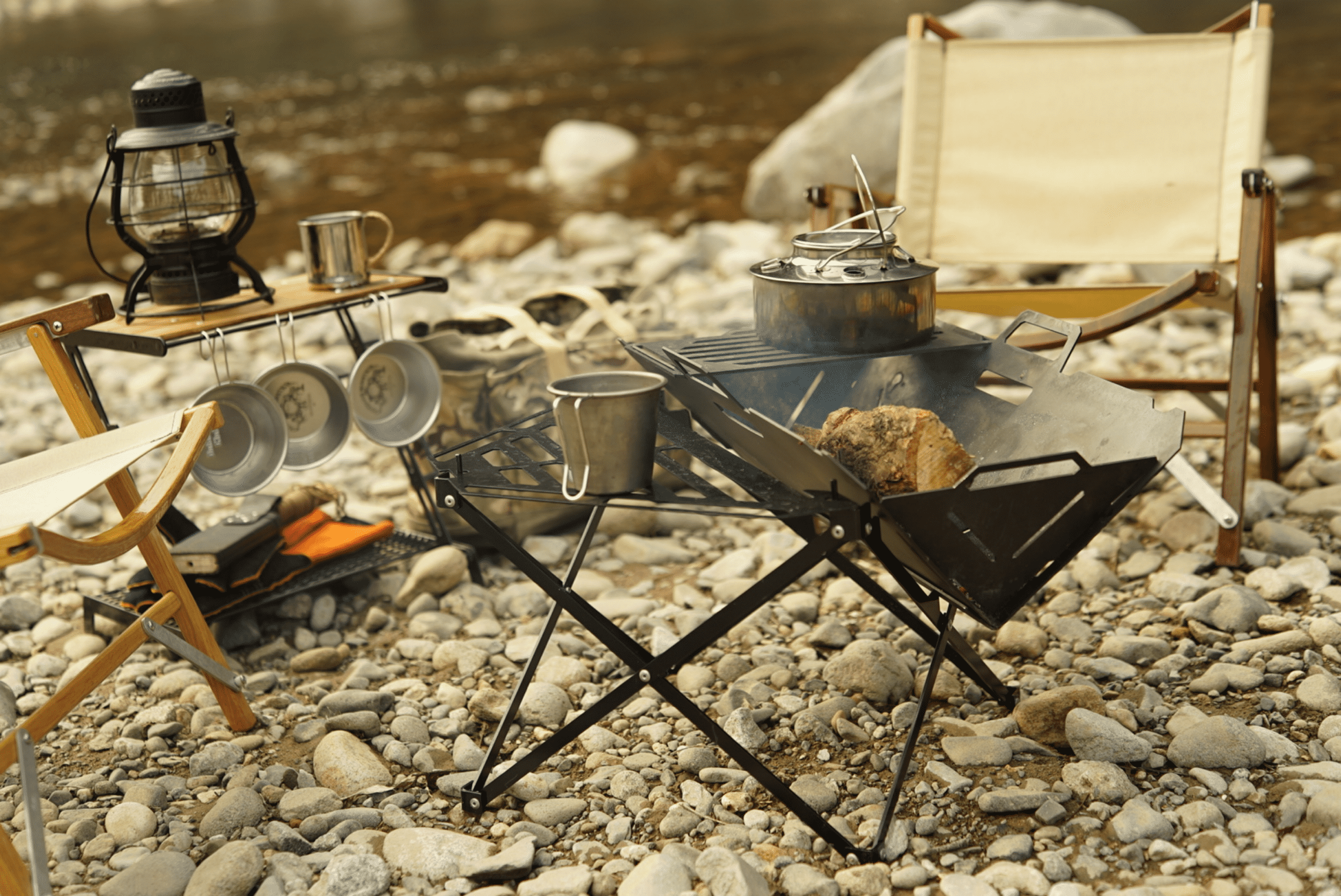 河原キャンプで焚き火