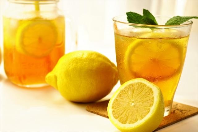 紅茶にレモンを入れると