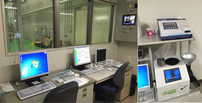 工場全体を管理する集中制御室写真