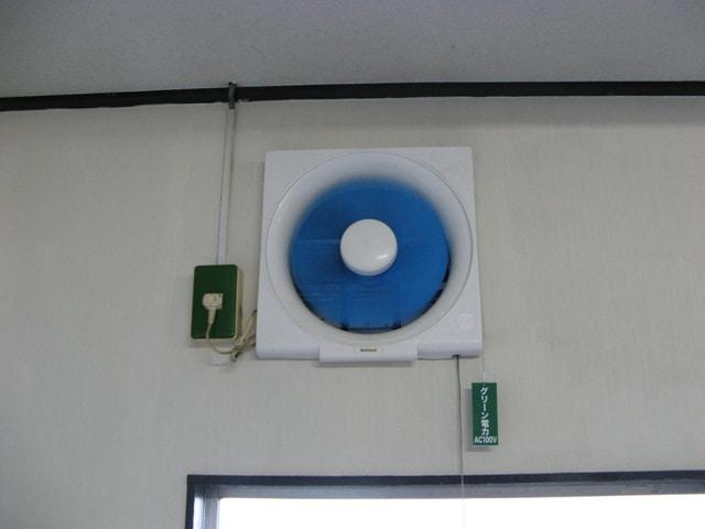 緑色のコンセントから換気扇の電源を