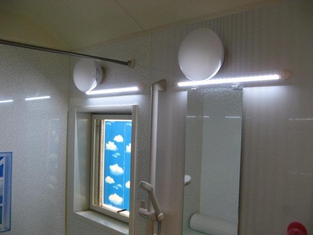 浴室は照明2台で十分の明るさ