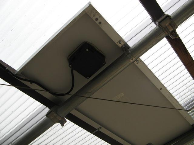 単管に組んだ太陽光パネル