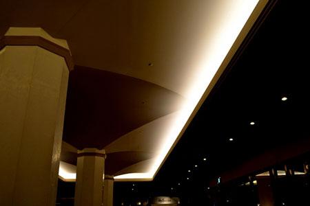 ラウンジの広い天井の間接照明に