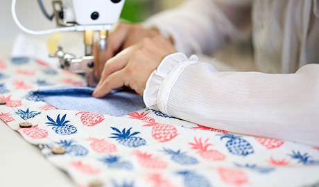 ミシンでシャツを縫う様子