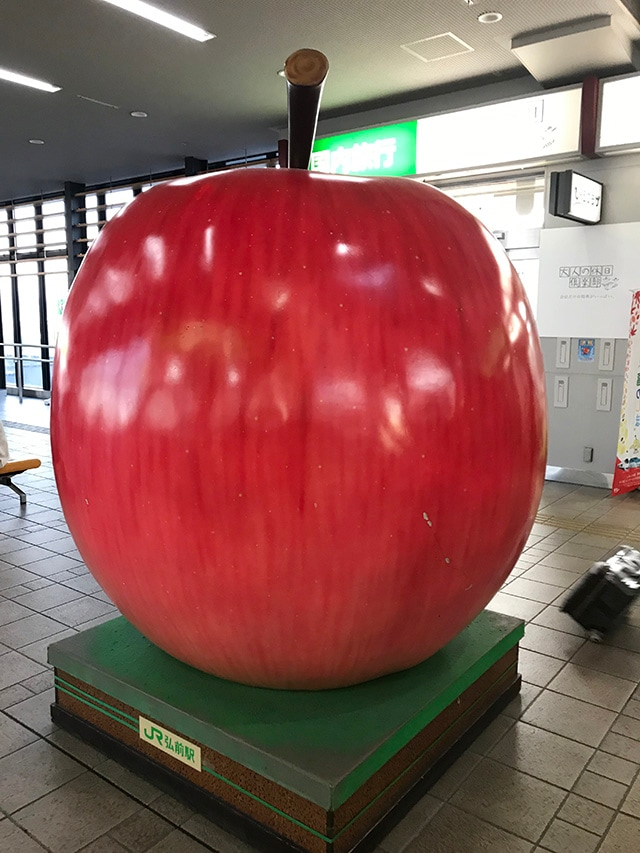 弘前駅改札のオブジェ