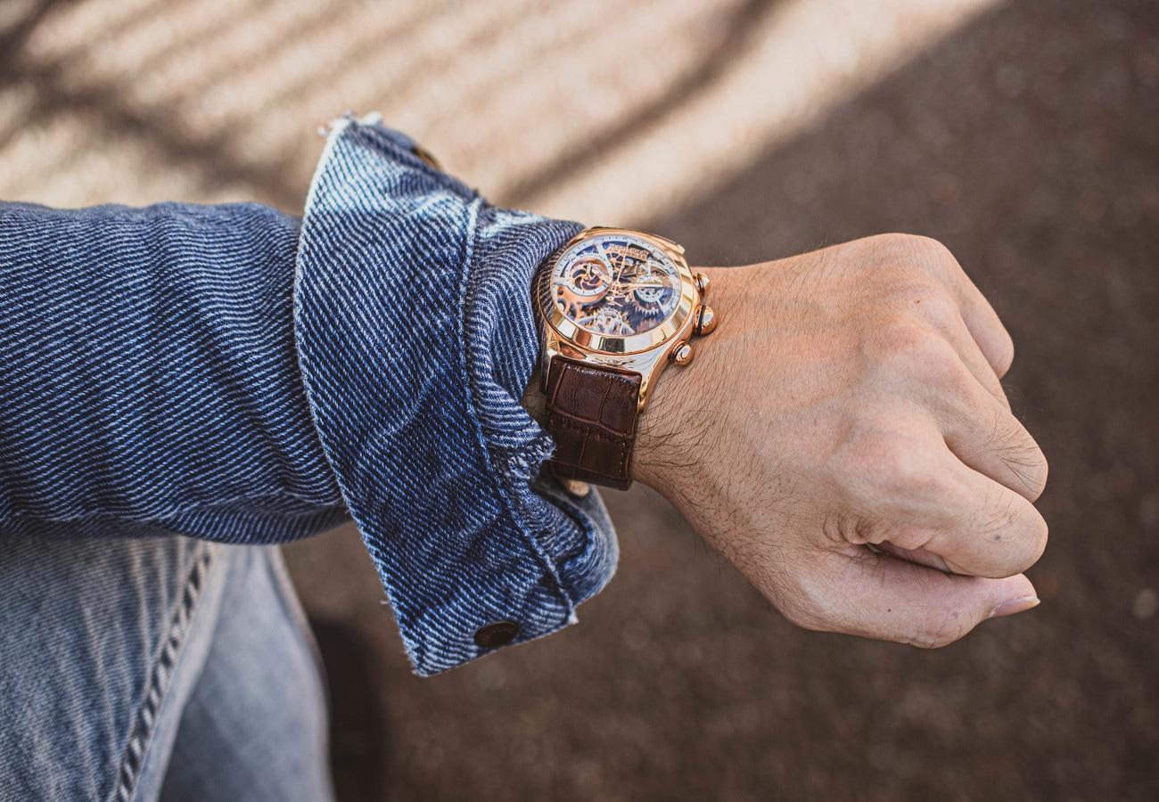 ピンクゴールドのスケルトン腕時計RGA792PWSにブラックの型押しバンドを装着した画像