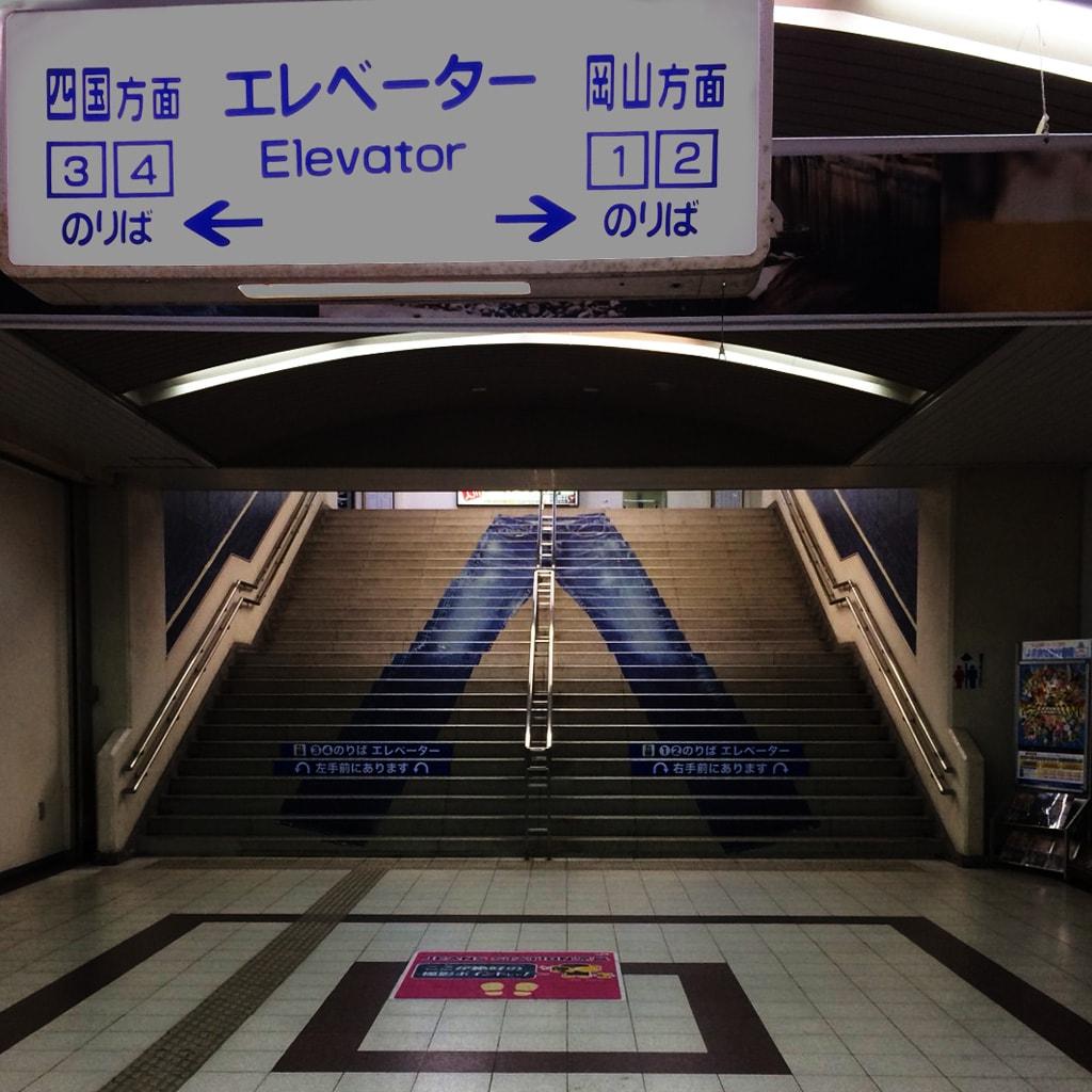 児島駅構内の階段にはジーンズが描かれている