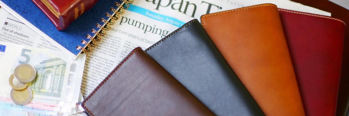 お財布は毎日肌身離さず持ち歩く革製品の定番。普段人目に付きにくいですが、会計の際にさりげなく上品さをアピールできるポイントです。